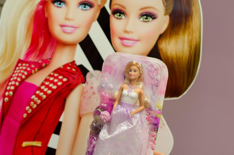 Kiev, Ucrania - 24 de marzo de 2018: Barbie Toys en venta en el soporte del supermercado Barbie es una muñeca de la moda manufact imagen de archivo