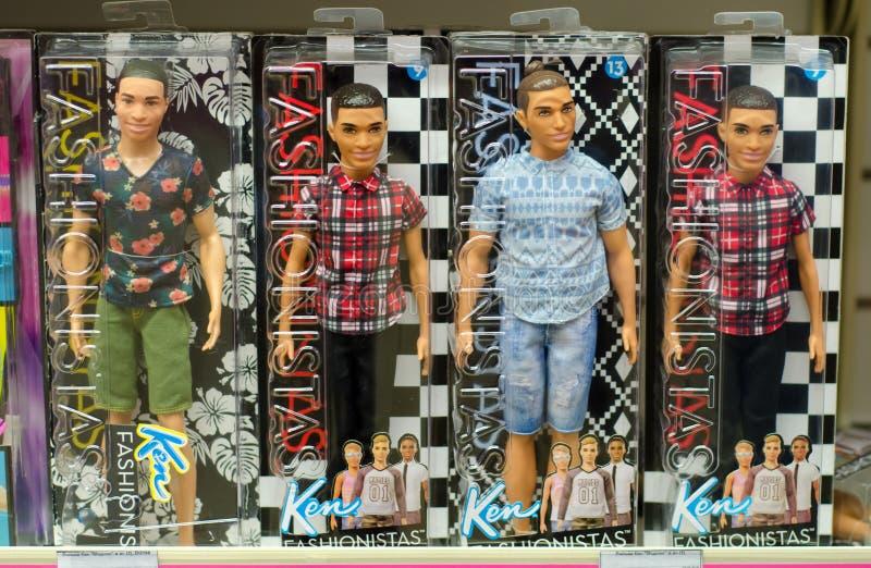 Kiev, Ucrania - 24 de marzo de 2018: Barbie Toys en venta en el soporte del supermercado Barbie es una muñeca de la moda manufact foto de archivo libre de regalías