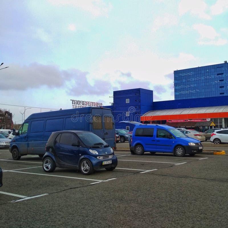 KIEV, UCRANIA - 21 DE MARZO DE 2019: coches azules de diversos tamaños en el estacionamiento de un epicentro del supermercado de  fotos de archivo