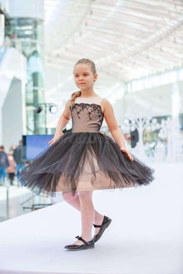 Kiev, Ucrania 3 de marzo 2019 UKFW Los niños ucranianos forman día Modelo de la niña weared en el vestido negro que presenta en e imágenes de archivo libres de regalías