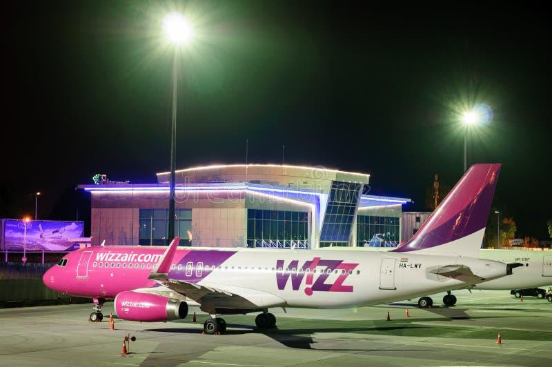 KIEV, UCRANIA - 2 DE MAYO: Aviones de Wizzair en el aeropuerto Juliany, noche de Kiev en el aeropuerto 2 de mayo de 2017 imagenes de archivo