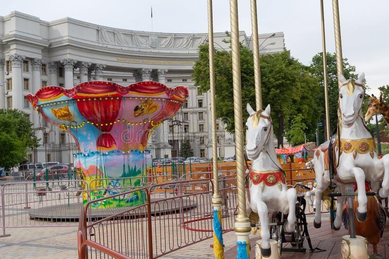 Kiev, Ucrania - 11 de mayo de 2016: Carruseles en el cuadrado de Mikhaylovskaya fotos de archivo
