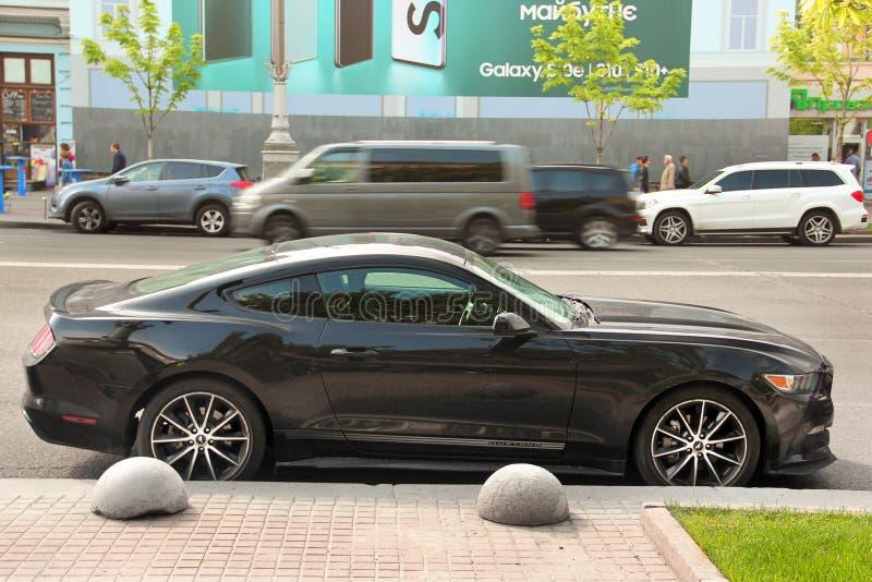Kiev, Ucrania - 3 de mayo de 2019: Ford Mustang negro en la ciudad fotografía de archivo