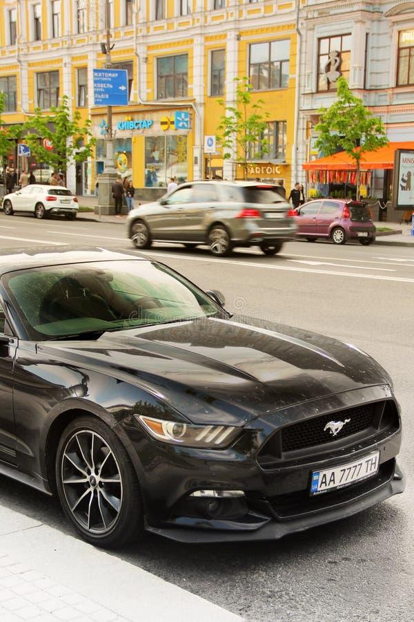 Kiev, Ucrania - 3 de mayo de 2019: Ford Mustang negro en la ciudad imagen de archivo