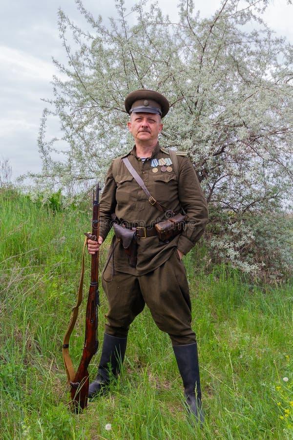 Kiev, Ucrania - 9 de mayo de 2018: Hombre bajo la forma de oficial del ejército rojo de la Segunda Guerra Mundial en la reconstru imagenes de archivo