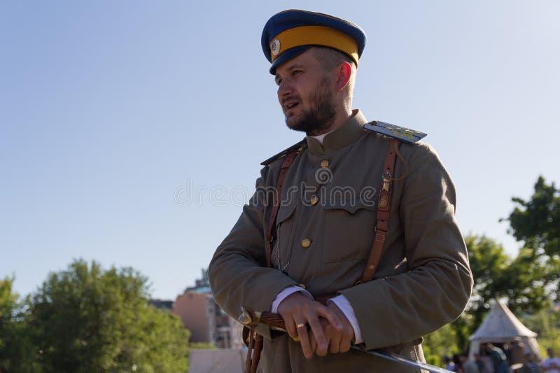 Kiev, Ucrania - 27 de mayo de 2018: Hombre bajo la forma de oficial ruso durante la guerra civil en Rusia imagen de archivo