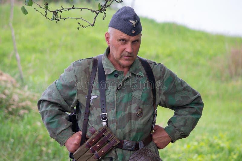 Kiev, Ucrania - 9 de mayo de 2018: Hombre bajo la forma de paracaidista de Wehrmacht durante la reconstrucción histórica fotos de archivo