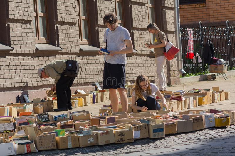 Kiev, Ucrania - 19 de mayo de 2019: La gente compra libros viejos en un mercado de pulgas en Andreevsky Spusk imagen de archivo libre de regalías