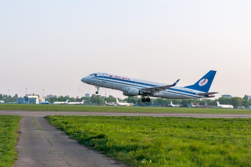 KIEV, UCRANIA - 2 DE MAYO: La vista cercana a saca los aviones de Belavia 2 de mayo de 2017 fotos de archivo