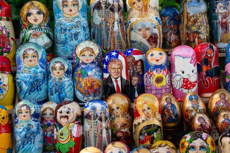 Kiev, Ucrania - 12 de mayo de 2018: Muñecas jerarquizadas con diversos caracteres incluyendo presidente Donald Trump imagen de archivo libre de regalías