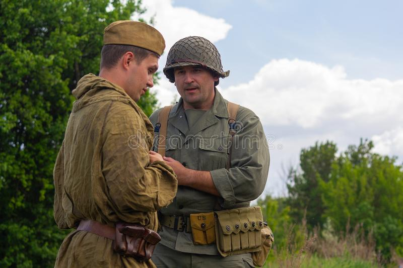 Kiev, Ucrania - 9 de mayo de 2018: Para hombre en el uniforme de soldados del ejército americano soviético de la Segunda Guerra M imagenes de archivo