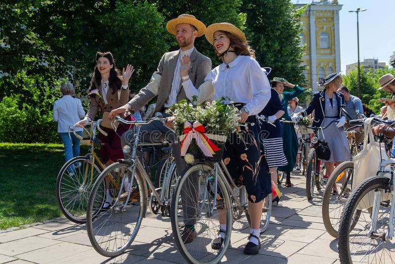 Kiev, Ucrania - 12 de mayo de 2018: Participantes de un retro de una raza de bicicleta foto de archivo