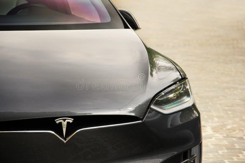 Kiev, Ucrania - 3 de mayo de 2019: Tesla Model X en la calle de la capital imágenes de archivo libres de regalías