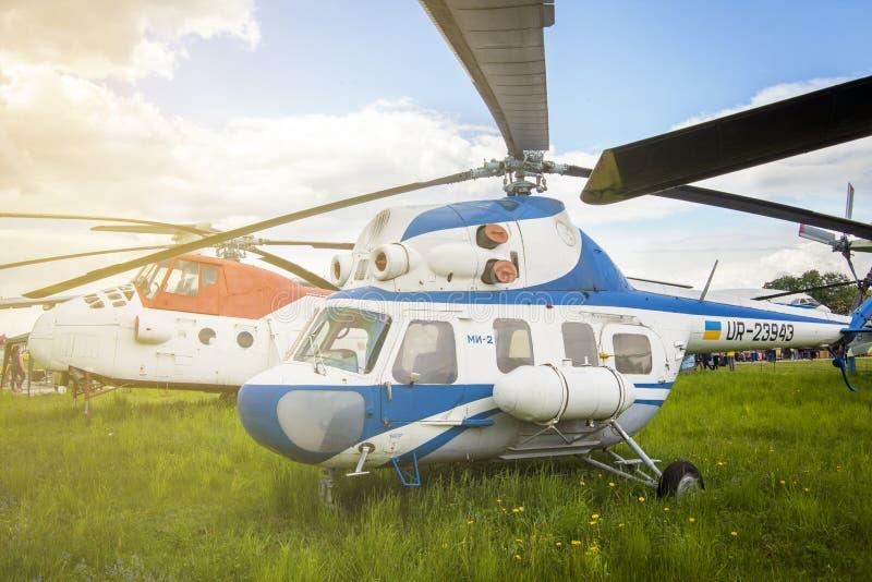 KIEV, UCRANIA - 10 DE MAYO DE 2019: Un pequeño helicóptero militar blanco se coloca en hierba verde imagen de archivo