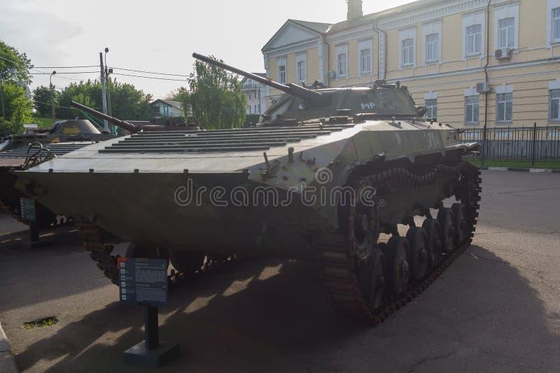 Kiev, Ucrania - 18 de mayo de 2019: Vehículos blindados del ejército ucraniano dañado en la zona del conflicto militar en el Donb foto de archivo