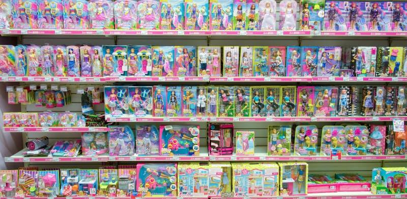 Kiev, Ucrania - 4 de noviembre de 2018: Barbie Toys en venta en el supermercado fotografía de archivo libre de regalías