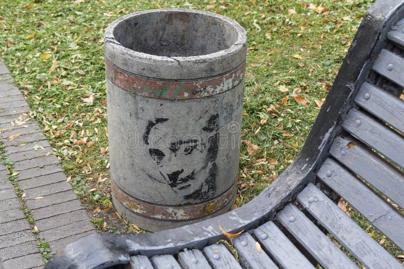 Kiev, Ucrania - 2 de noviembre de 2015: Bote de basura con una imagen de Salvador Dali foto de archivo libre de regalías