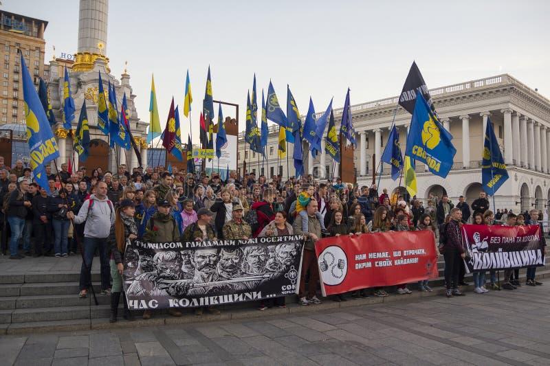 Kiev, Ucrania - 14 de octubre de 2018: Activistas de partidos pol?ticos en cuadrado de la independencia foto de archivo