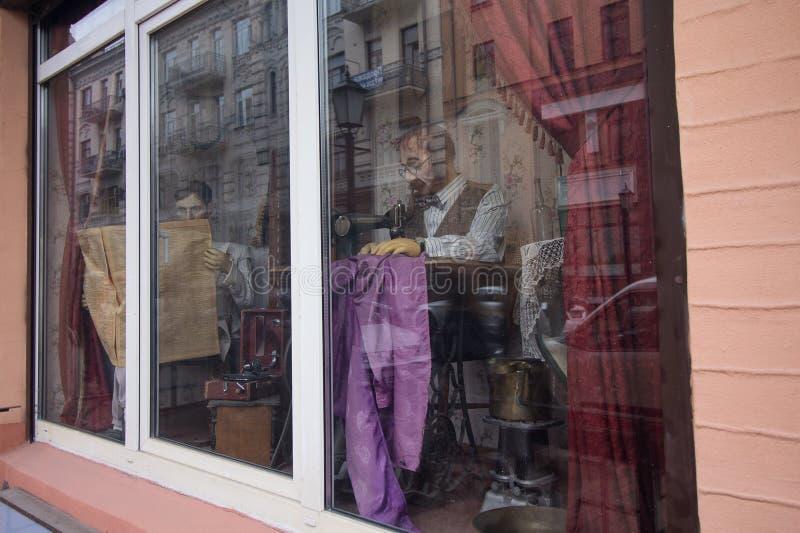 Kiev, Ucrania - 1 de octubre de 2017: Adapte el maniquí del ` s con una máquina de coser en la ventana fotografía de archivo