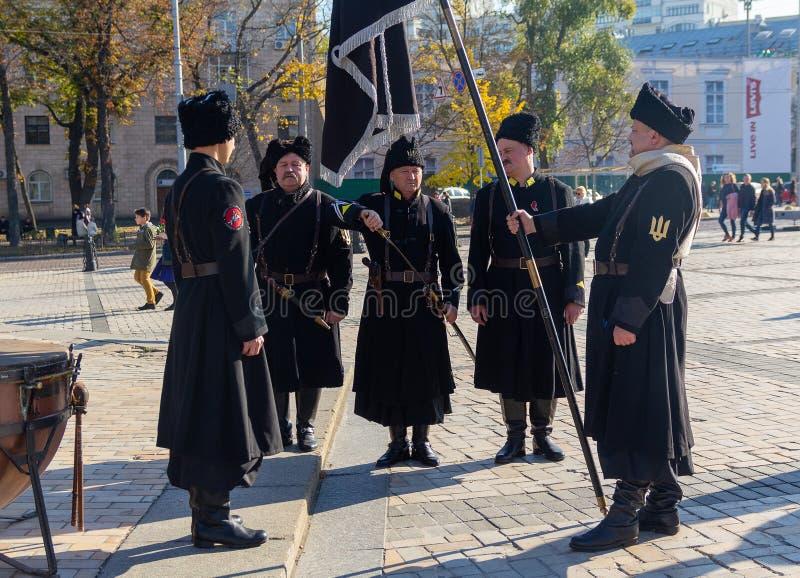 Kiev, Ucrania - 14 de octubre de 2018: Hombres en el uniforme de soldados de la república ucraniana del ` s de la gente fotografía de archivo libre de regalías
