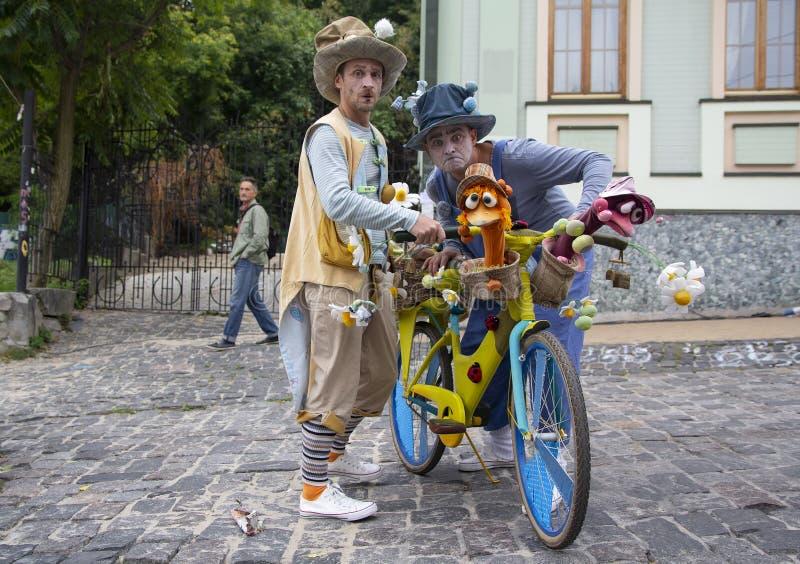 Kiev, Ucrania - 9 de septiembre de 2018: Actores en ropa del payaso en la celebración de la pendiente de Andreevsky imágenes de archivo libres de regalías