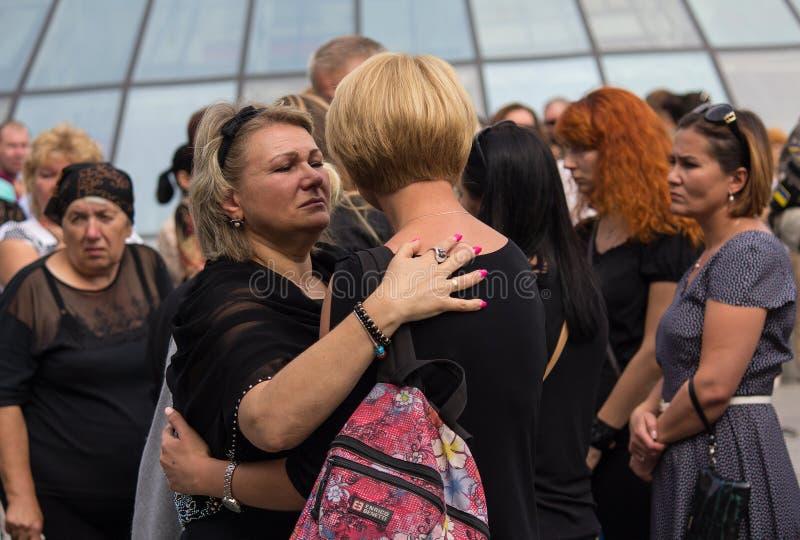 Kiev, Ucrania - 4 de septiembre de 2015: Mujeres en el entierro del difunto en el voluntario de la guerra imagenes de archivo