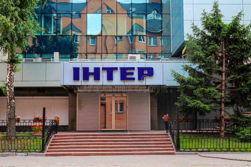 Kiev, Ucrania, 15 06 2019 El edificio del canal de televisión ucraniano inter y de la inscripción en ucraniano - inter foto de archivo