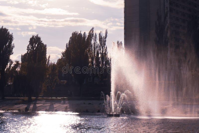 Kiev, Ucrania fuentes en el banco del río imagen de archivo