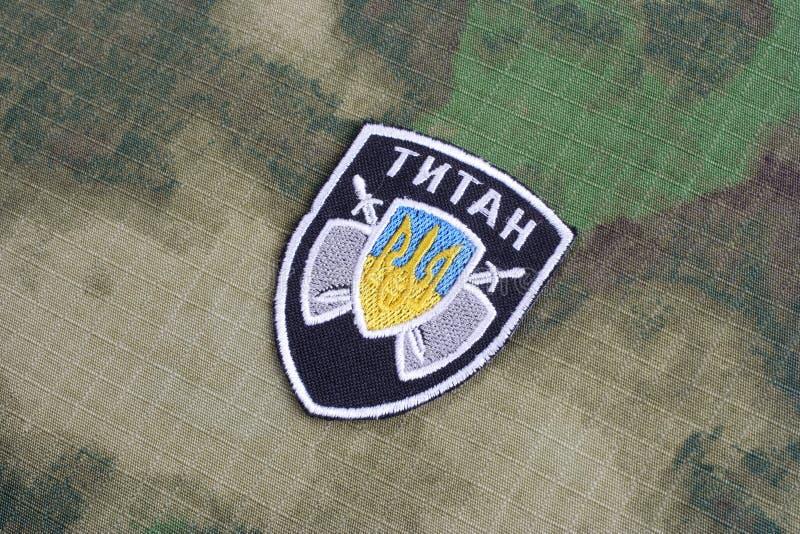 KIEV, UCRANIA - julio, 16, 2015 El ministerio de la insignia del uniforme del titán de los asuntos internos (Ucrania) imagenes de archivo