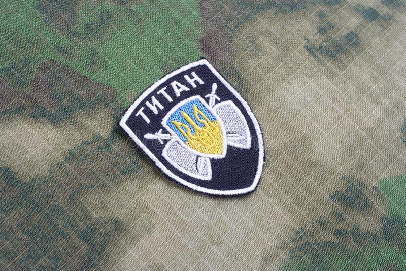 KIEV, UCRANIA - julio, 16, 2015 El ministerio de la insignia del uniforme del titán de los asuntos internos (Ucrania) imágenes de archivo libres de regalías