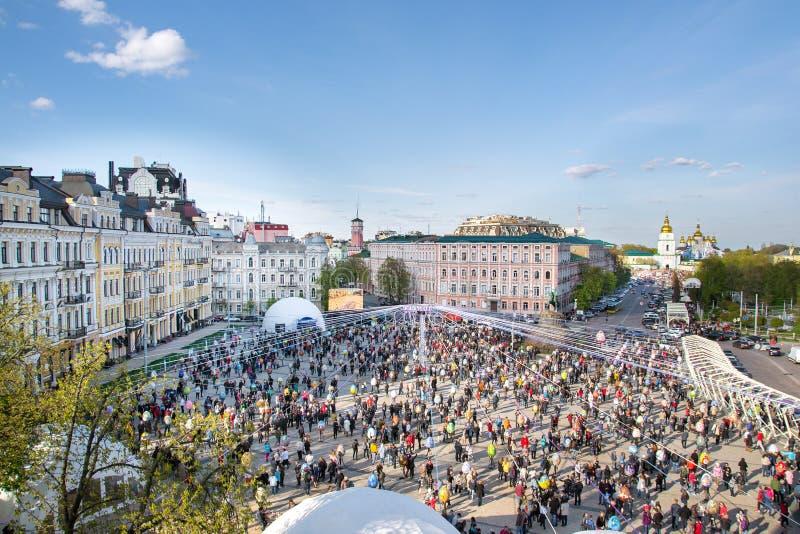 Kiev, Ucrania La muchedumbre y Pascua pintaron festival de los huevos en monasterio del cuadrado de Sofievska y del ` s de San Mi foto de archivo