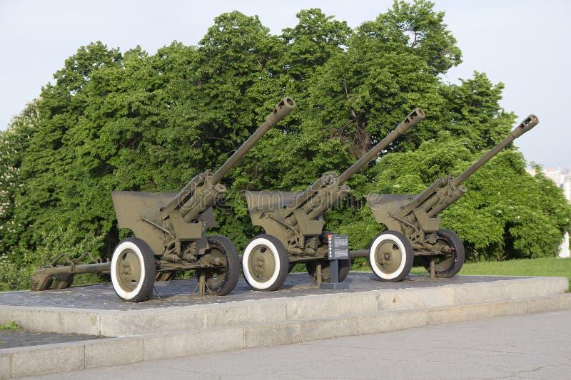 Kiev, Ucrania - mayo 189 2016: Armas divisionales M1942 ZiS-3 en el museo de la gran guerra patriótica fotos de archivo
