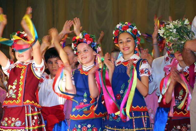 kiev ucrania 28 05 2011 niños bailan el conjunto en trajes populares ucranianos aplauden sus manos fotografía de archivo