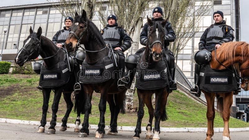 Kiev, Ucrania - 04 14 2019 Polic?a montada Una muchedumbre de ucranianos va al estadio a apoyar al candidato presidencial imagen de archivo
