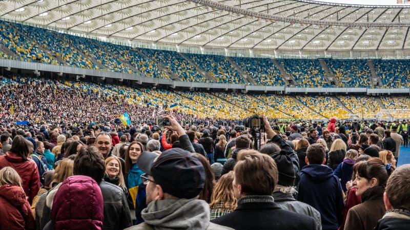 Kiev, Ucrania - 04 14 2019 Una muchedumbre de ucranianos va al estadio a apoyar al candidato presidencial fotografía de archivo libre de regalías