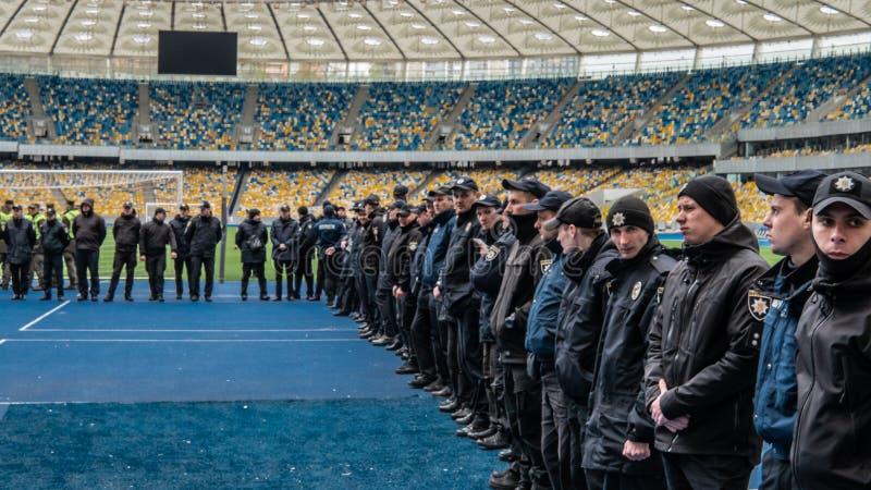 Kiev, Ucrania - 04 14 2019 Una muchedumbre de ucranianos va al estadio a apoyar al candidato presidencial imagen de archivo