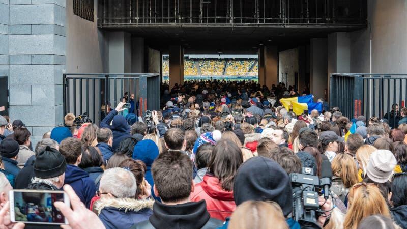 Kiev, Ucrania - 04 14 2019 Una muchedumbre de ucranianos va al estadio a apoyar al candidato presidencial fotos de archivo