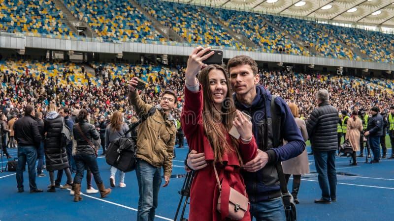 Kiev, Ucrania - 04 14 2019 Una muchedumbre de ucranianos va al estadio a apoyar al candidato presidencial imágenes de archivo libres de regalías