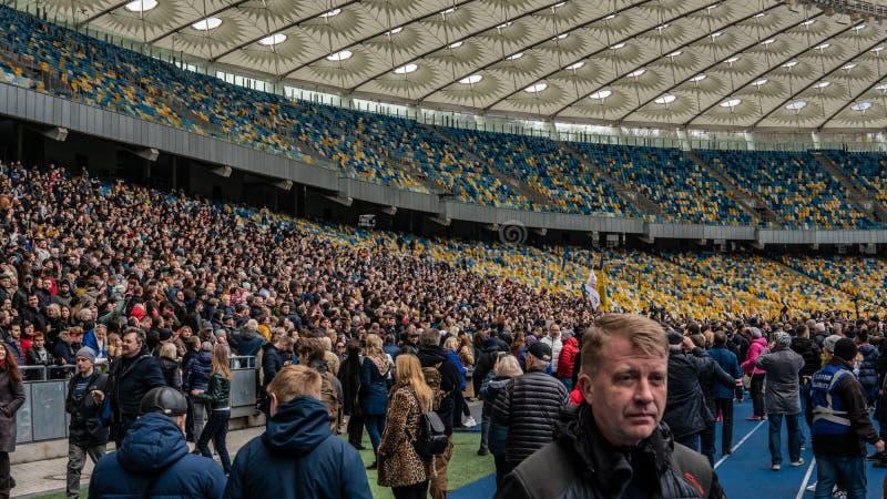 Kiev, Ucrania - 04 14 2019 Una muchedumbre de ucranianos va al estadio a apoyar al candidato presidencial foto de archivo