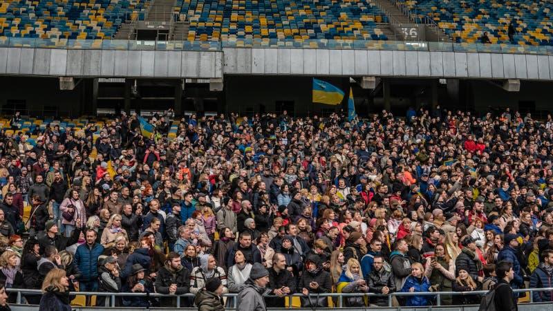Kiev, Ucrania - 04 14 2019 Una muchedumbre de ucranianos va al estadio a apoyar al candidato presidencial imagenes de archivo