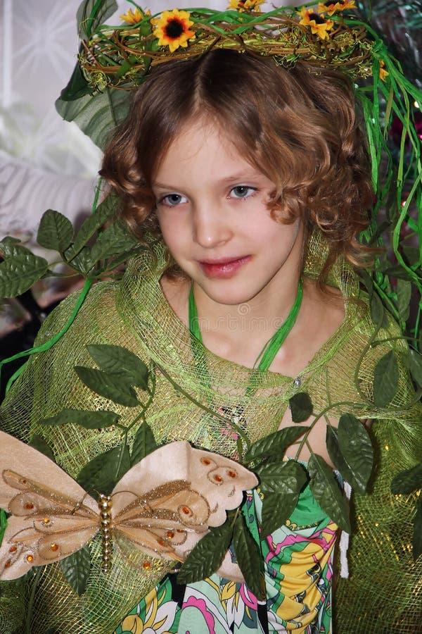 Kiev, Ucrania, 22 12 2010 una niña en la imagen del verano y en un traje verde fotografía de archivo