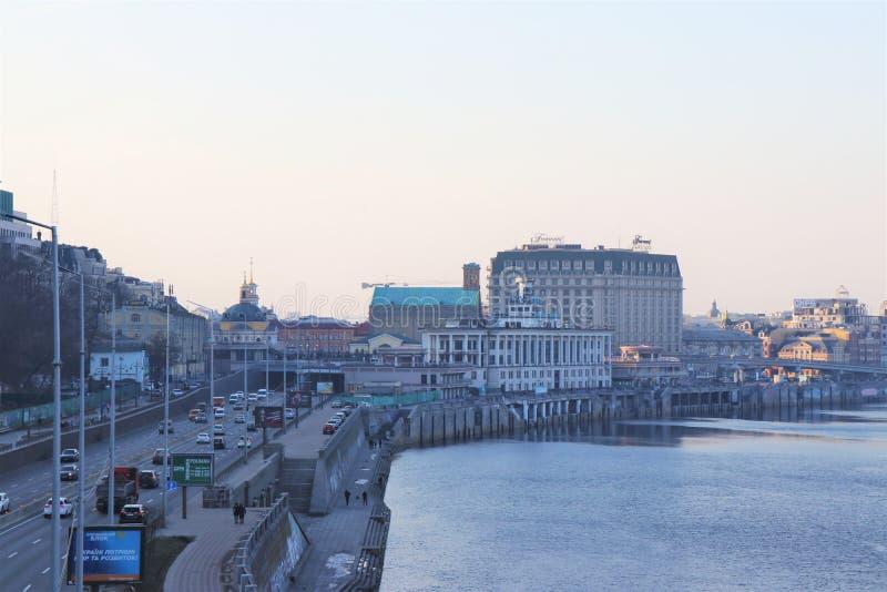 Kiev, Ucrania Vista de la ciudad del puente pedestrrian fotografía de archivo