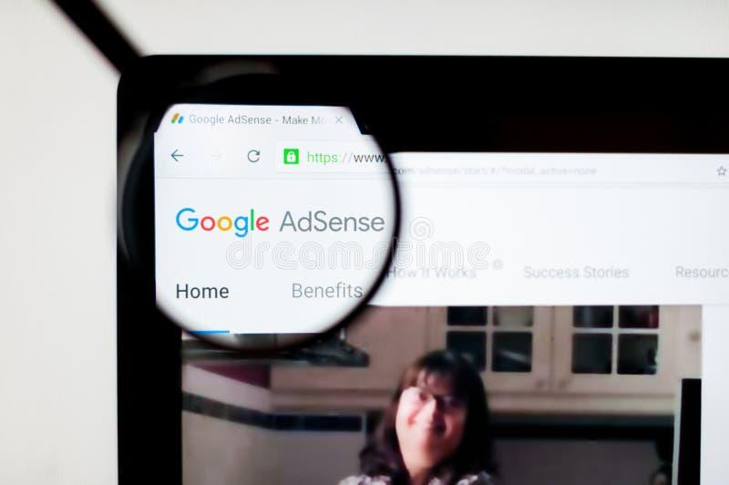 Kiev Ukraina - april 6, 2019: Adsense websitehomepage Det är ett program, som låter tjäna som automatisk text, bilden, video, ell vektor illustrationer