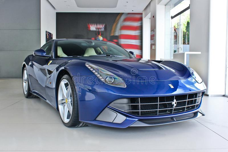 Kiev Ukraina; April 22, 2015 Blå sportbil Ferrari F12 royaltyfri fotografi