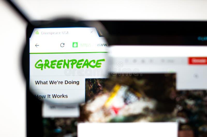 Kiev Ukraina - april 5, 2019: Greenpeace websitehomepage Synlig Greenpeace logo royaltyfria foton