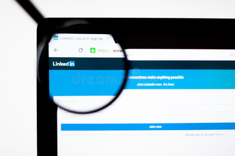 Kiev Ukraina - april 6, 2019: Linkedin websitehomepage Det ?r enorienterad social n?tverkandeservice f?r aff?r och stock illustrationer