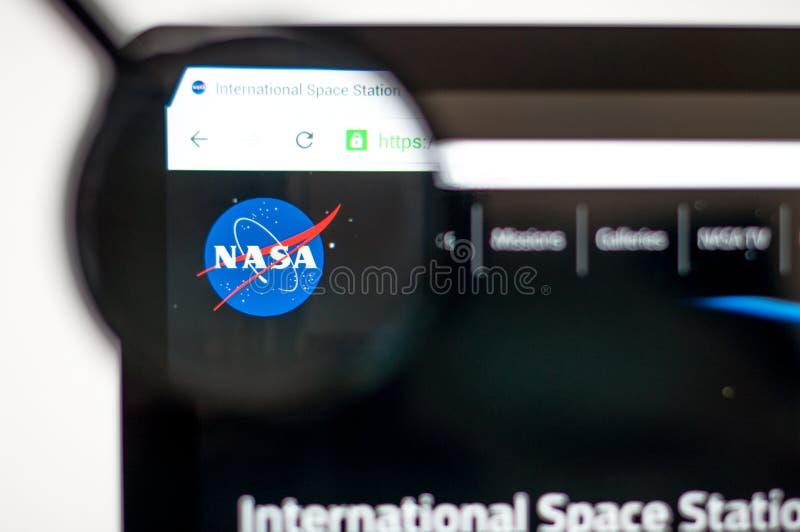 Kiev Ukraina - april 6, 2019: Nasa-homepage till och med ett förstoringsglas NASA är byrån av USA-regeringansvariga för royaltyfri illustrationer