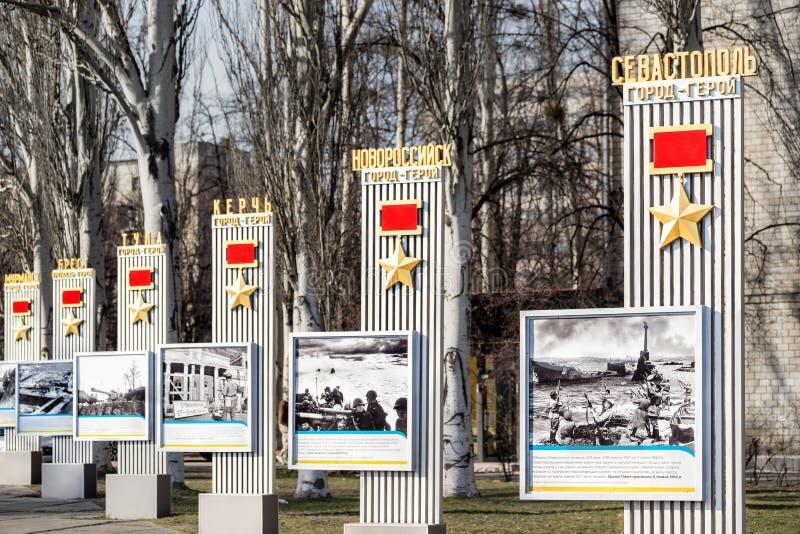 Kiev Ukraina - April 3rd, 2019: Minnes- gränd med monumentet med sovjetiska hjältestjärnamedaljer till hjälte-städer av det stora arkivfoto