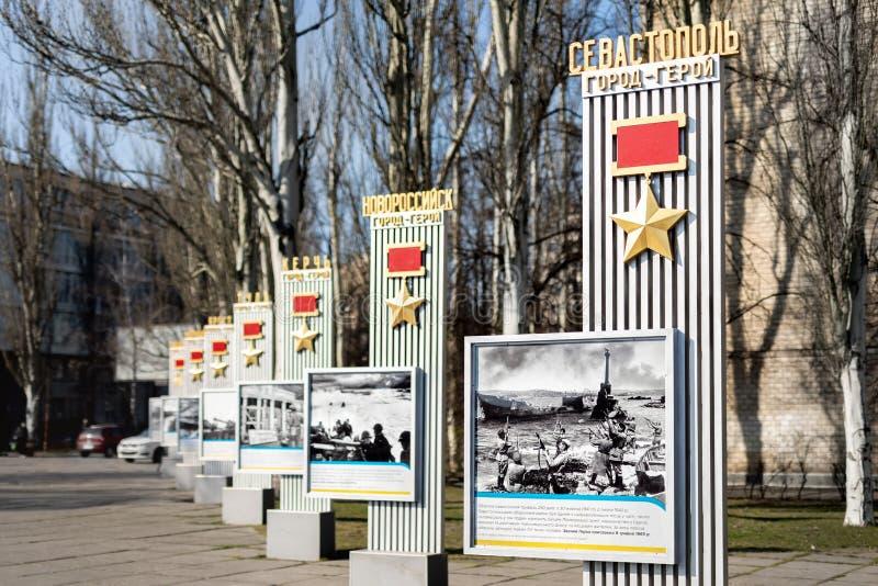 Kiev Ukraina - April 3rd, 2019: Minnes- gr?nd med monumentet med sovjetiska hj?ltestj?rnamedaljer till hj?lte-st?der av det stora royaltyfri bild