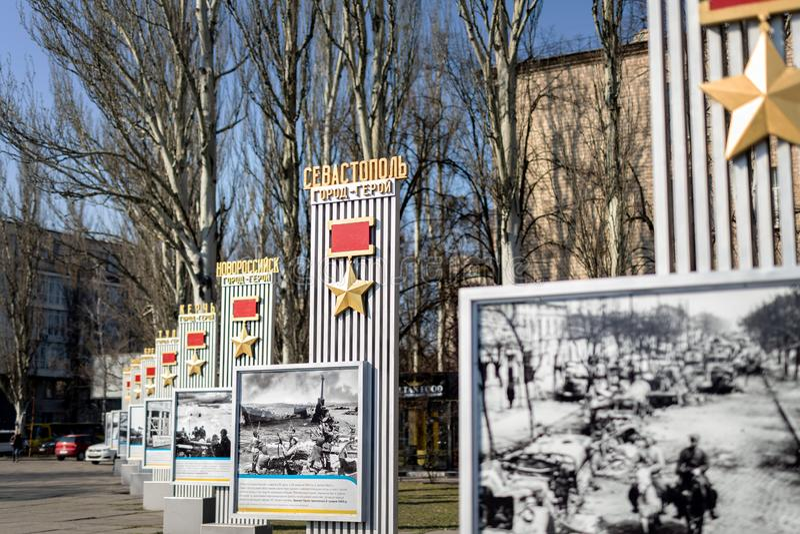 Kiev Ukraina - April 3rd, 2019: Minnes- gr?nd med monumentet med sovjetiska hj?ltestj?rnamedaljer till hj?lte-st?der av det stora arkivfoto